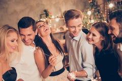 Πορτρέτο έξι εκστατικών ανθρώπων απόλαυσης, κομψό πανέμορφο charmi στοκ φωτογραφία