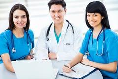 Πορτρέτο έξυπνοι νέοι γιατροί στοκ εικόνες