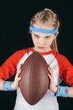 Πορτρέτο λίγου αθλητικού κοριτσιού με τη σφαίρα ράγκμπι που απομονώνεται στο Μαύρο Στοκ φωτογραφία με δικαίωμα ελεύθερης χρήσης