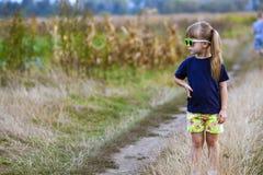Πορτρέτο λίγου μοντέρνου κοριτσιού στα πράσινα γυαλιά ηλίου υπαίθρια Στοκ εικόνες με δικαίωμα ελεύθερης χρήσης