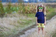 Πορτρέτο λίγου μοντέρνου κοριτσιού στα πράσινα γυαλιά ηλίου υπαίθρια Στοκ Εικόνα