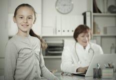 Πορτρέτο λίγου παιδιού με τον ώριμο ιατρικό εργαζόμενο Στοκ Φωτογραφίες