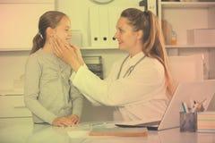Πορτρέτο λίγου παιδιού με το νέο ιατρικό εργαζόμενο Στοκ φωτογραφία με δικαίωμα ελεύθερης χρήσης