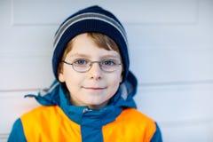 Πορτρέτο λίγου χαριτωμένου αγοριού σχολικών παιδιών με τα γυαλιά Στοκ εικόνα με δικαίωμα ελεύθερης χρήσης