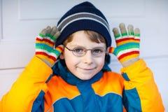 Πορτρέτο λίγου χαριτωμένου αγοριού σχολικών παιδιών με τα γυαλιά Στοκ φωτογραφία με δικαίωμα ελεύθερης χρήσης