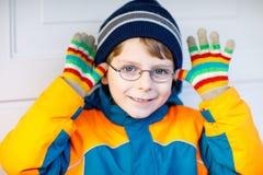 Πορτρέτο λίγου χαριτωμένου αγοριού σχολικών παιδιών με τα γυαλιά Στοκ Εικόνες