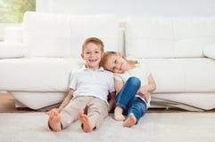 Πορτρέτο λίγων αδελφού και αδελφής που έχουν τη διασκέδαση μαζί στο ho στοκ εικόνες με δικαίωμα ελεύθερης χρήσης