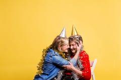 Πορτρέτο ανώτερες γυναίκες στο στούντιο σε ένα κίτρινο υπόβαθρο Έννοια κόμματος στοκ φωτογραφία με δικαίωμα ελεύθερης χρήσης