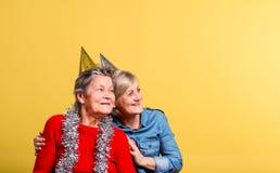 Πορτρέτο ανώτερες γυναίκες στο στούντιο σε ένα κίτρινο υπόβαθρο Έννοια κόμματος στοκ φωτογραφίες με δικαίωμα ελεύθερης χρήσης