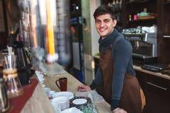 Πορτρέτο ατόμων Barista πίσω από το φραγμό στον καφέ Στοκ εικόνα με δικαίωμα ελεύθερης χρήσης