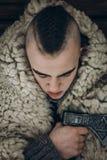 Πορτρέτο Βίκινγκ, ισχυρός όμορφος πολεμιστής Βίκινγκ με το τσεκούρι ρ χάλυβα Στοκ εικόνα με δικαίωμα ελεύθερης χρήσης