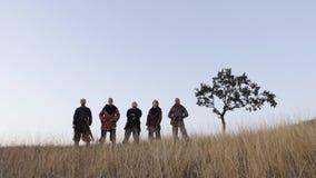 Πορτρέτο Βίκινγκ που στέκονται με τα ξίφη, glaive και τα κράνη στα χέρια απόθεμα βίντεο