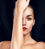 Πορτρέτο γοητείας της όμορφης γυναίκας με τη φωτεινή σύνθεση στοκ εικόνα