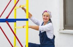 Πορτρέτο γυναίκας ομοιόμορφο σε υπαίθριο οικοδόμων Στοκ Εικόνες