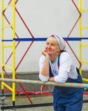 Πορτρέτο γυναίκας ομοιόμορφο σε υπαίθριο οικοδόμων Στοκ εικόνα με δικαίωμα ελεύθερης χρήσης