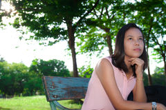 Πορτρέτο   γυναίκα που σκέφτεται στο πάρκο Στοκ Εικόνα