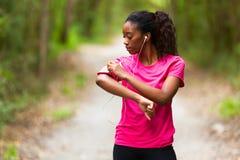 Πορτρέτο γυναικών αφροαμερικάνων jogger - ικανότητα, άνθρωποι και χ Στοκ Εικόνα