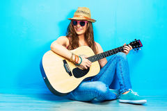 Πορτρέτο γυναικών μουσικής με την κιθάρα Στοκ φωτογραφία με δικαίωμα ελεύθερης χρήσης