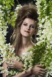 Πορτρέτο γυναικών στα λουλούδια και τα φύλλα Στοκ εικόνες με δικαίωμα ελεύθερης χρήσης