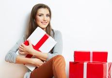 Πορτρέτο γυναικών στο ύφος Χριστουγέννων με το κόκκινο, άσπρο δώρο κιβωτίων Στοκ Εικόνες