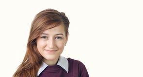 Πορτρέτο γυναικών χαμόγελου με το πορφυρό πουκάμισο, που απομονώνεται στοκ φωτογραφίες