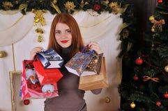 Πορτρέτο γυναικών Χριστουγέννων με τις συσκευασίες δώρων Στοκ φωτογραφίες με δικαίωμα ελεύθερης χρήσης
