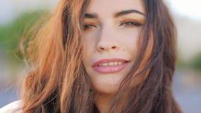 Πορτρέτο γυναικών Flirty που χαμογελά τη θηλυκή κινηματογράφηση σε πρώτο πλάνο τρίχας απόθεμα βίντεο