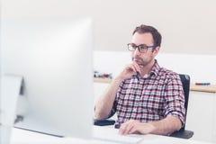Πορτρέτο δημιουργικής εργασίας σχεδιαστών hipster της γραφικής στον υπολογιστή του στοκ εικόνες