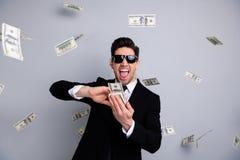 Πορτρέτο δικοί του αυτός συμπαθητικός ελκυστικός βέβαιος εύθυμος χαρωπός τρελλός αλαζονικός οικονομολόγος τραπεζιτών χρηματοδοτών στοκ φωτογραφία με δικαίωμα ελεύθερης χρήσης