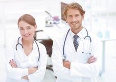 Πορτρέτο δύο επιτυχών επαγγελματικών εργαζομένων γιατρών στα παλτά Στοκ φωτογραφίες με δικαίωμα ελεύθερης χρήσης
