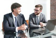 Πορτρέτο δύο επιχειρηματιών που κάθονται στο γραφείο γραφείων Στοκ φωτογραφίες με δικαίωμα ελεύθερης χρήσης