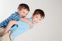 Πορτρέτο δύο ευτυχών αδελφών στοκ εικόνες
