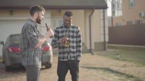 Πορτρέτο δύο καυκάσιο και άτομα αφροαμερικάνων που στέκονται μπροστά  απόθεμα βίντεο