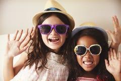 Πορτρέτο δύο κοριτσιών που ντύνουν επάνω στην κρεβατοκάμαρα από κοινού Στοκ εικόνα με δικαίωμα ελεύθερης χρήσης