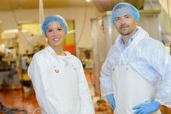 Πορτρέτο δύο χαμογελώντας εργαζόμενοι στα άσπρα παλτά Στοκ εικόνες με δικαίωμα ελεύθερης χρήσης