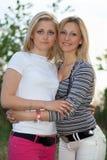 Πορτρέτο δύο χαμογελώντας όμορφων νέων γυναικών στοκ φωτογραφία