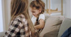 Πορτρέτο δύο χαρισματικών κοριτσιών που παίζουν μαζί σε ένα παιχνίδι  φιλμ μικρού μήκους