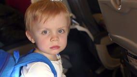 Πορτρέτο εκφοβισμένος λίγο παιδί στο αεροπλάνο απόθεμα βίντεο