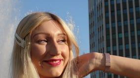 Πορτρέτο ελκυστικού ενός ξανθού στις ακτίνες του θερινού ήλιου βραδιού Μια νέα γυναίκα θέτει για το φωτογράφο και απόθεμα βίντεο