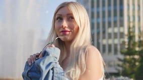 Πορτρέτο ελκυστικού ενός ξανθού στις ακτίνες του θερινού ήλιου βραδιού Μια νέα γυναίκα θέτει για το φωτογράφο και φιλμ μικρού μήκους
