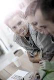 Πορτρέτο ενός άνδρα σπουδαστή με τους συμμαθητές στοκ εικόνα με δικαίωμα ελεύθερης χρήσης