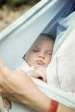 Πορτρέτο ενός αγοράκι ύπνου, που στηρίζεται στα όπλα μητέρων Στοκ φωτογραφίες με δικαίωμα ελεύθερης χρήσης