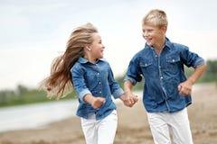 Πορτρέτο ενός αγοριού και ενός κοριτσιού στην παραλία Στοκ εικόνες με δικαίωμα ελεύθερης χρήσης