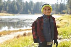 Πορτρέτο ενός αγοριού που υπερασπίζεται μια λίμνη σε ένα ταξίδι στρατοπέδευσης στοκ φωτογραφίες με δικαίωμα ελεύθερης χρήσης