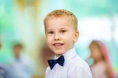 Πορτρέτο ενός αγοριού σε ένα πουκάμισο και μιας πεταλούδας στοκ φωτογραφία
