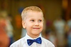 Πορτρέτο ενός αγοριού σε ένα πουκάμισο και μιας πεταλούδας στοκ φωτογραφία με δικαίωμα ελεύθερης χρήσης