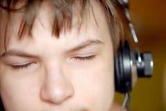 Πορτρέτο ενός αγοριού στα ακουστικά Στοκ φωτογραφία με δικαίωμα ελεύθερης χρήσης