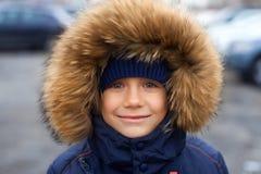 Πορτρέτο ενός αγοριού στο χειμερινό σακάκι με την κουκούλα στο κεφάλι του Στοκ φωτογραφίες με δικαίωμα ελεύθερης χρήσης