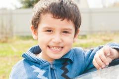 Πορτρέτο ενός αγοριού 4 χρονών υπαίθρια στοκ εικόνα
