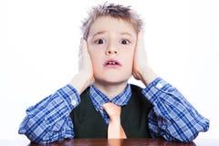 Πορτρέτο ενός αστείου μικρού παιδιού που κάνει τα πρόσωπα. Στοκ Φωτογραφίες